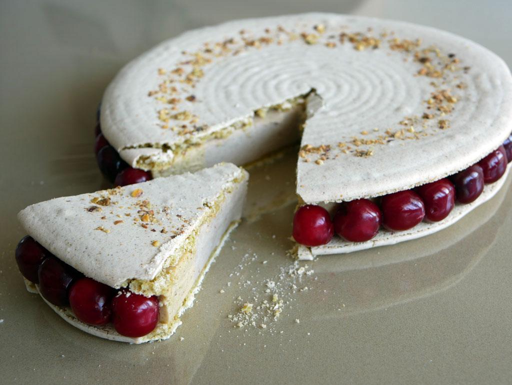 עוגת מקרון פיסטוק ודובדבנים