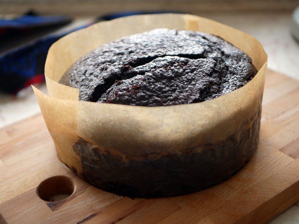 עוגת שוקולד אחרי אפייה