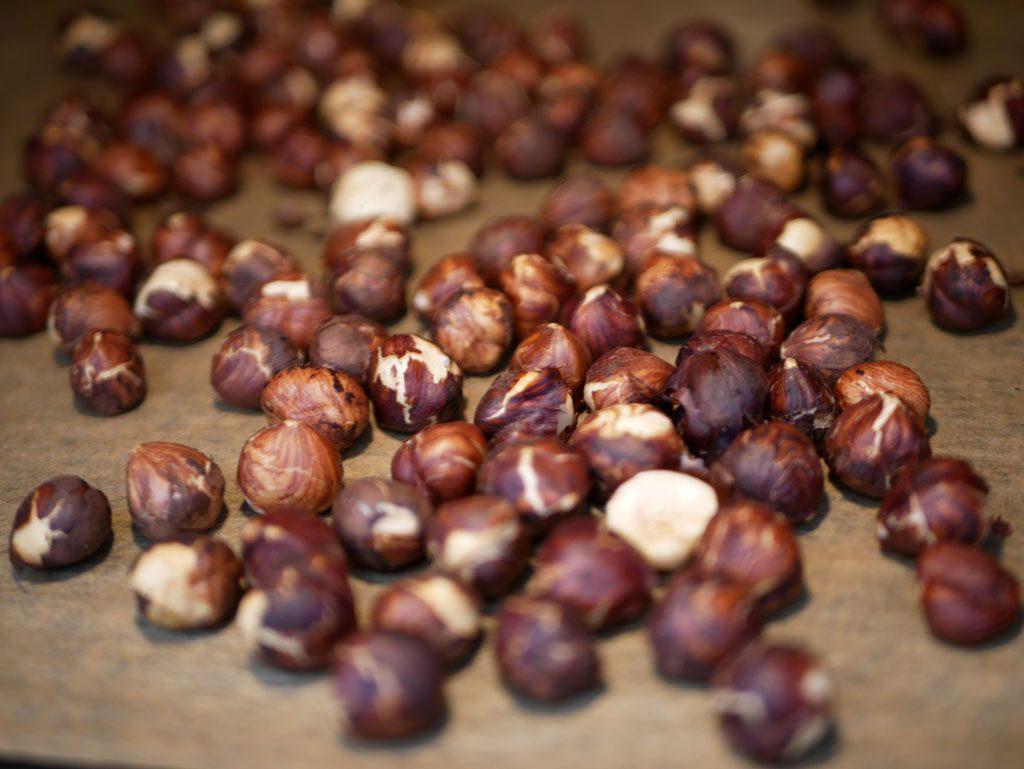 קילוף אגוזי לוז