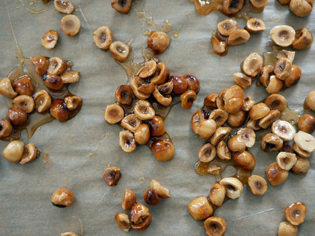 אגוזי לוז מקורמלים