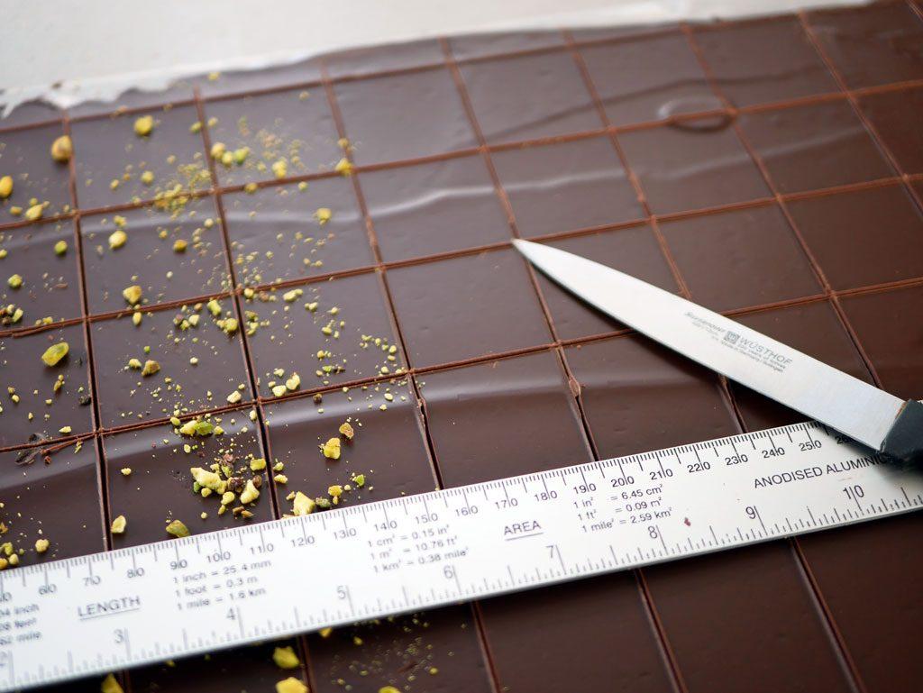 חיתוך שוקולד לאחר טמפרור