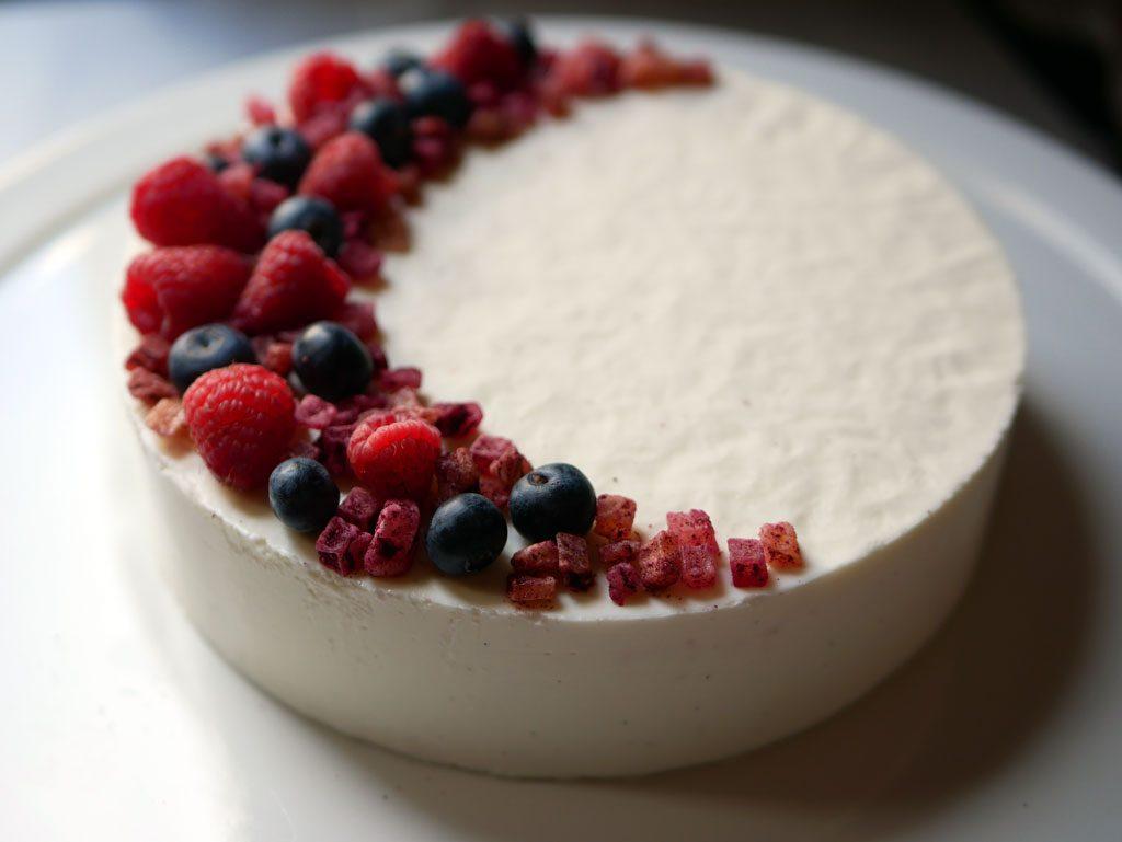 עוגת מוס גבינה ופירות יער