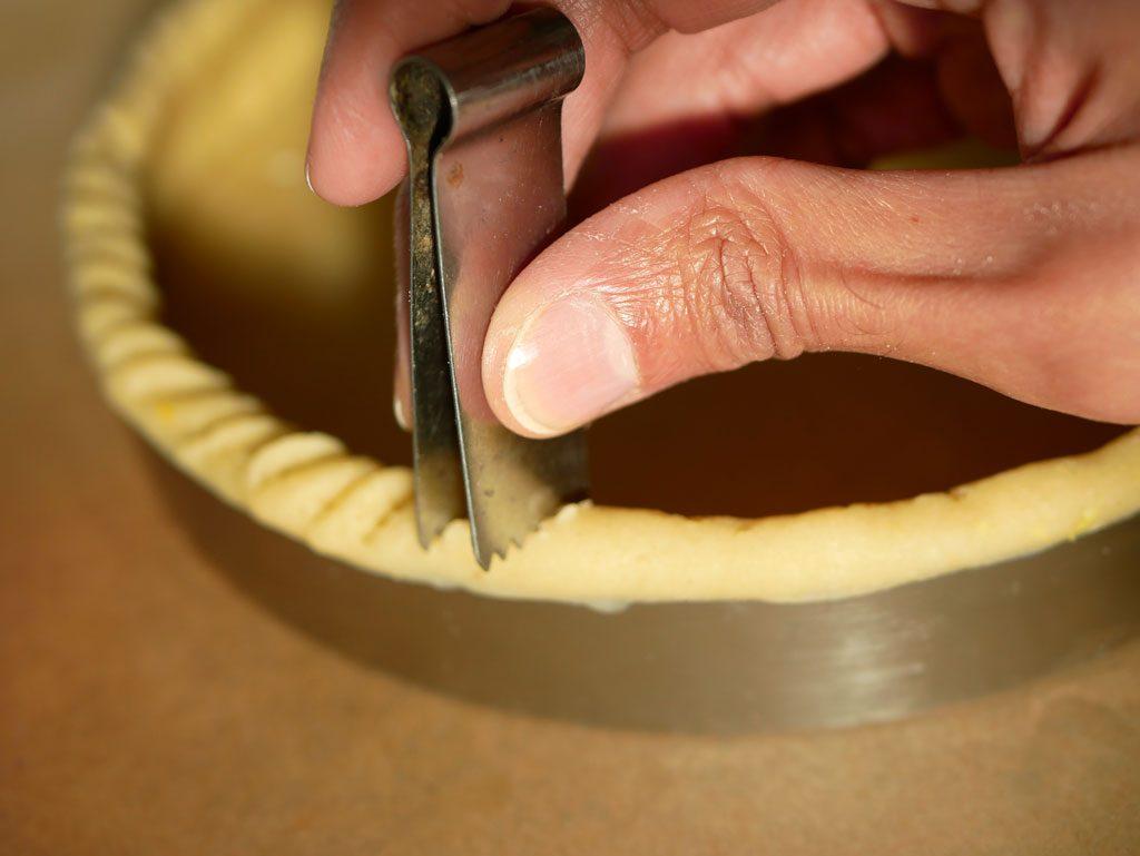 Using a pincer on a tart