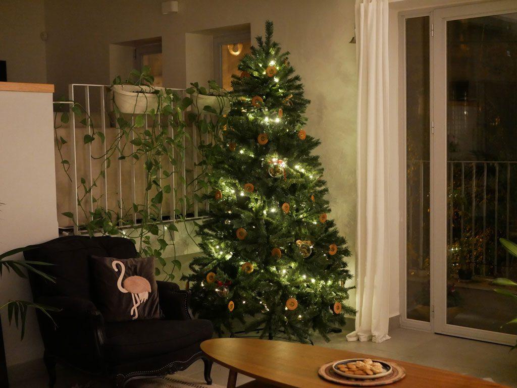 עץ כריסטמס עם קישוטים אכילים