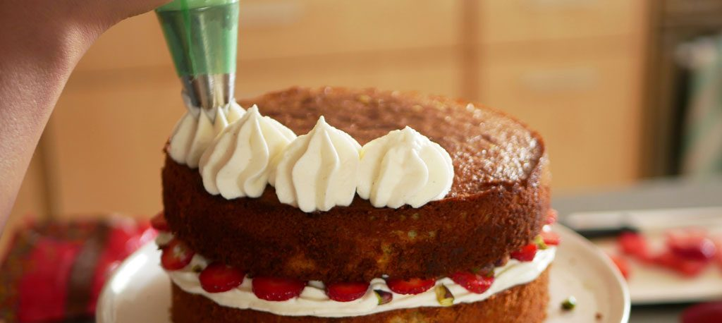 Piping mascarpone frosting