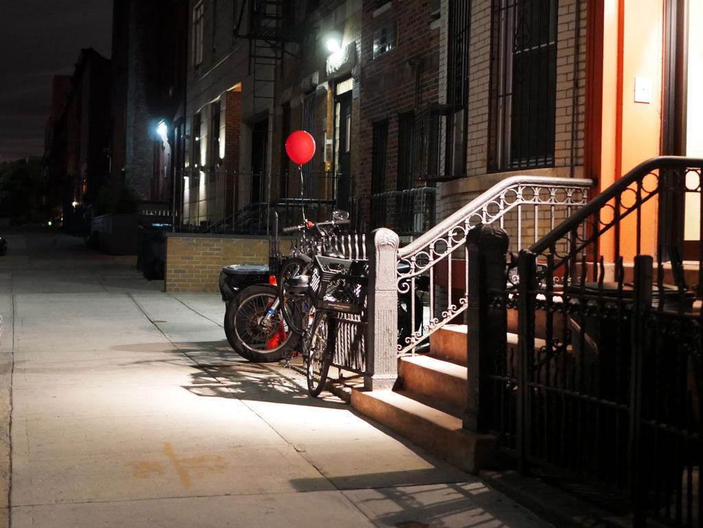 בלון אדום בברוקלין