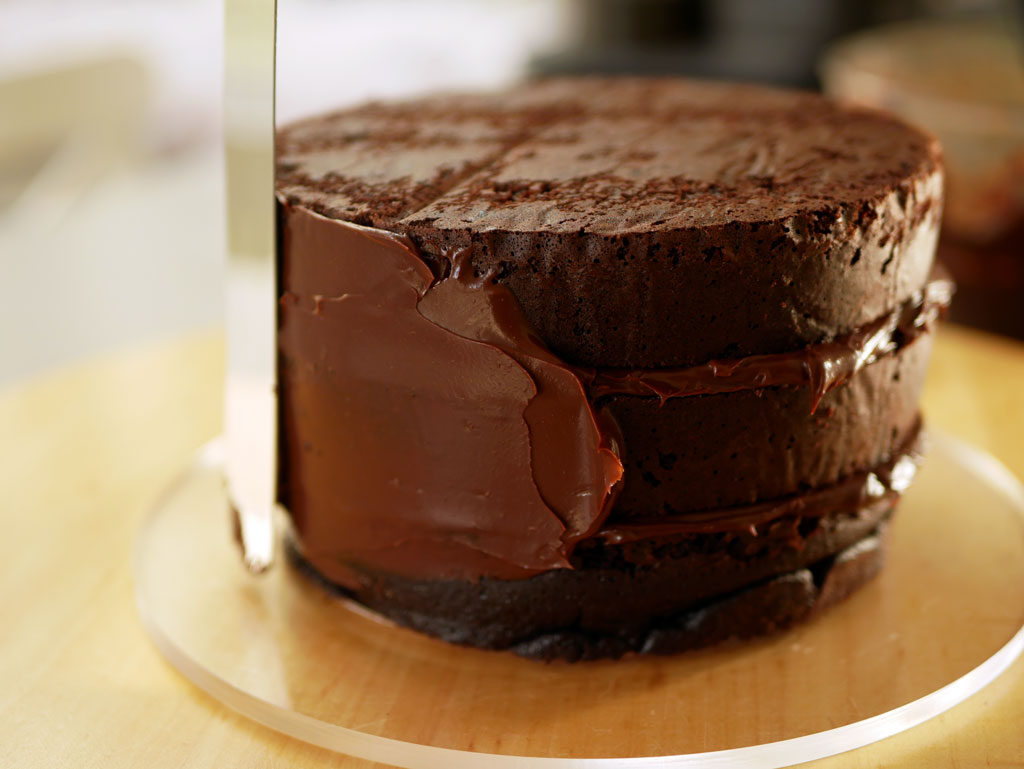 Covering a cake with chocolate ganache