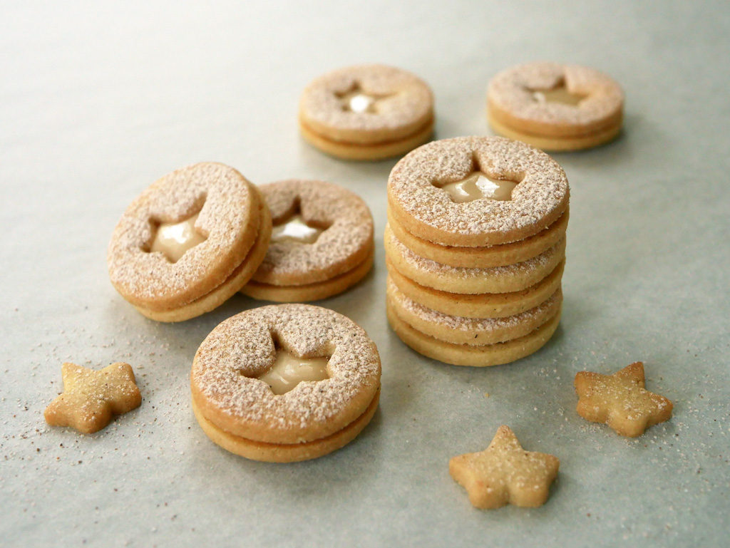 Linzer cookies with maple cream